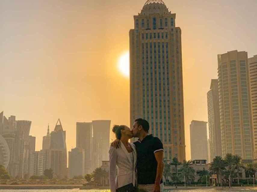 Xavi con su mujer, Núria Cunillera, posando entre los rascacielos de Doha.