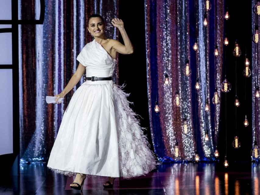 Penélope Cruz subiendo al escenario a recoger el Premio Donostia, luciendo un vestido blanco de Chanel.