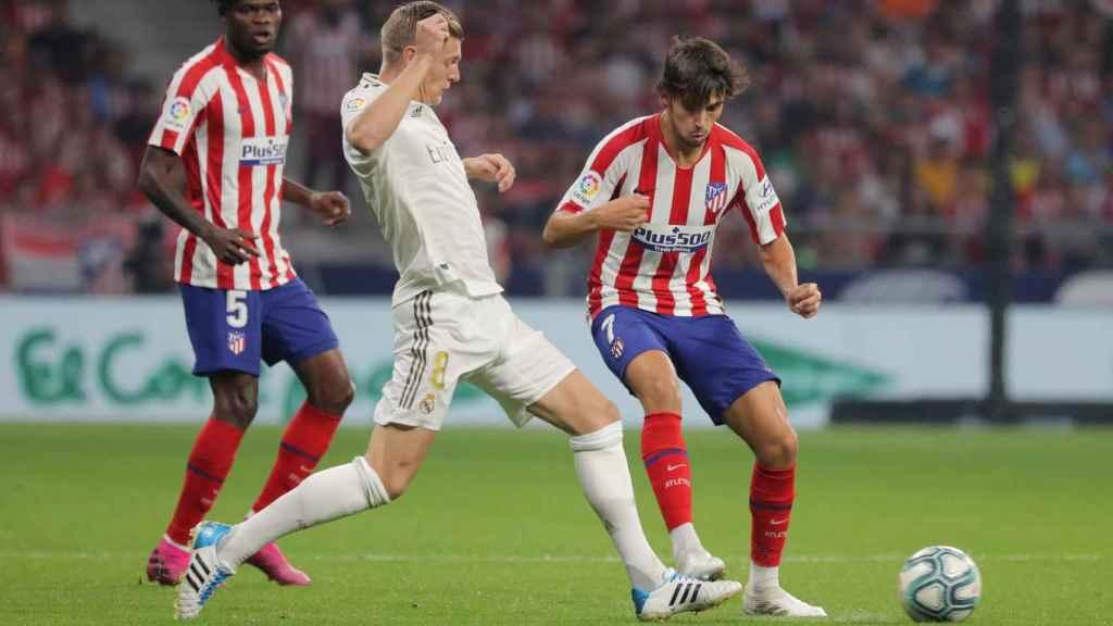 Kroos y Joao Félix, en el derbi entre Atlético y Real Madrid