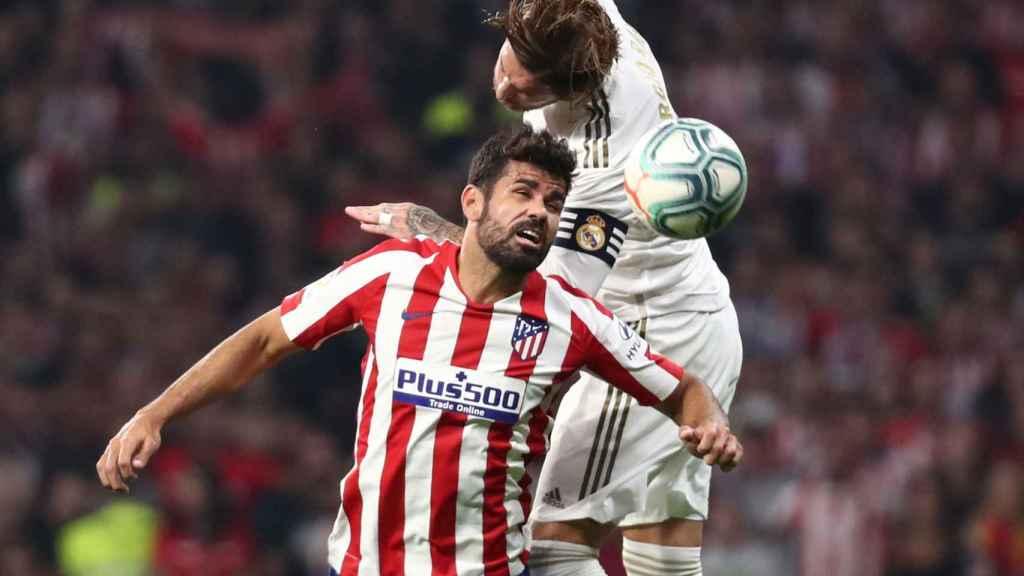 Salto entre Diego Costa y Sergio Ramos en el derbi madrileño