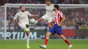 Varane y Carvajal ante Diego Costa, en el derbi madrileño
