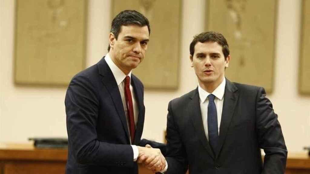 Sánchez y Rivera durante la firma del Pacto del Abrazo.