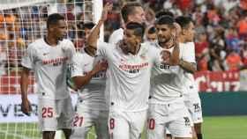 Los jugadores del Sevilla celebran el empate ante la Real Sociedad