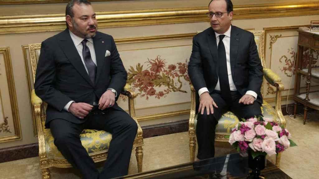 Mohamed VI junto al expresidente francés Francois Hollande en una reunión en París.