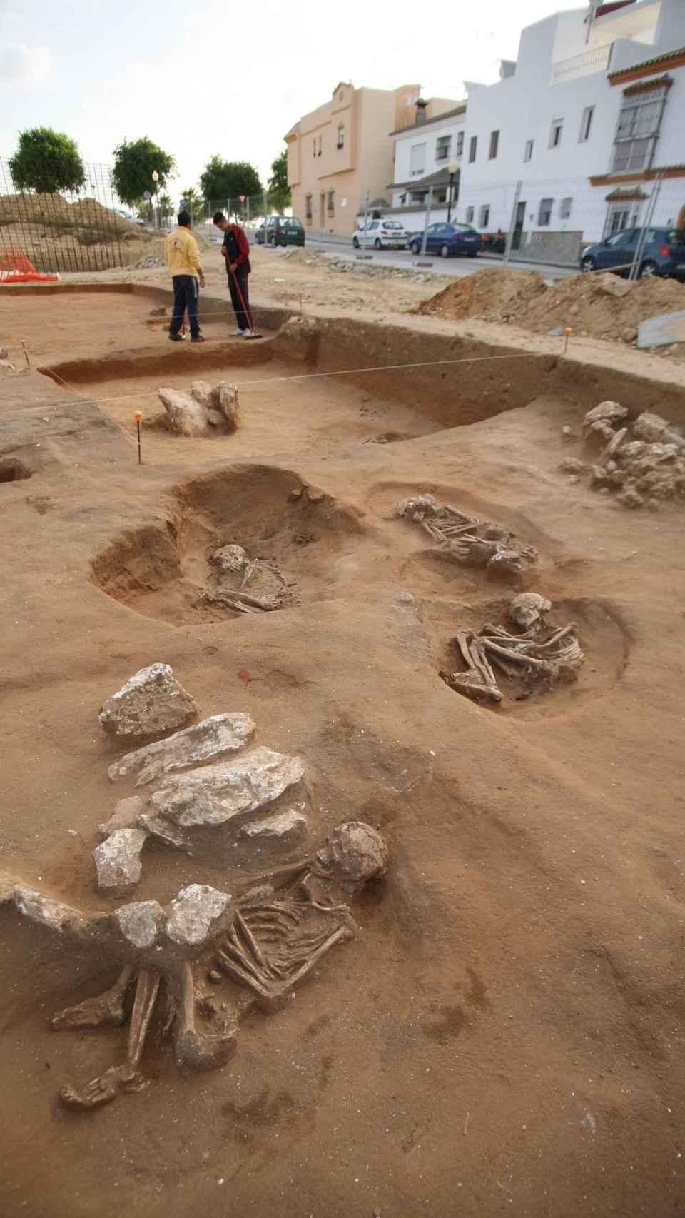 Algunas de las tumbas halladas en la necrópolis neolítica de San Fernando (Cádiz).