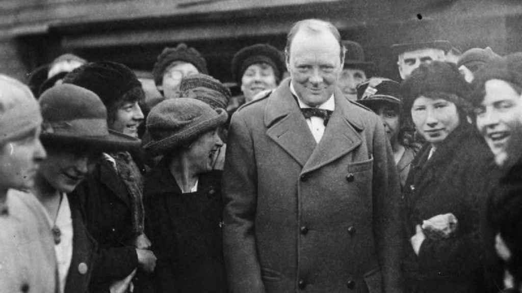 Churchill en un encuentro con mujeres trabajadoras cerca de Glasgow (1918).