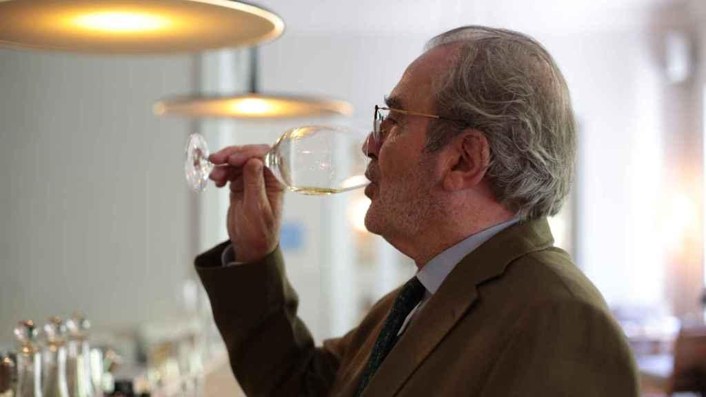 Didier Belondrade probando sus vinos.