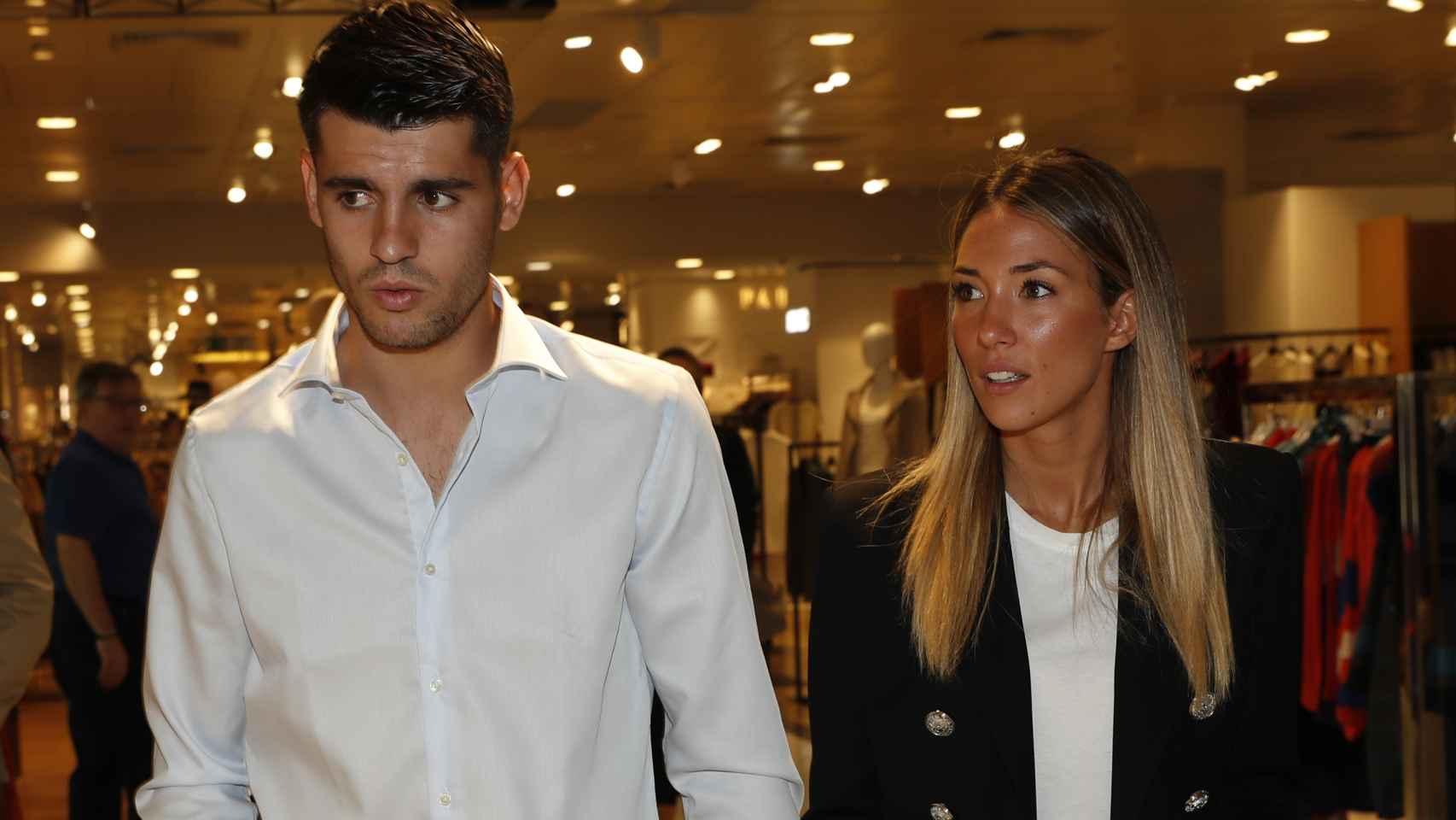 Álvaro Morata y Alice Campello, llegando a la presentación de los relojes de los que son imagen.