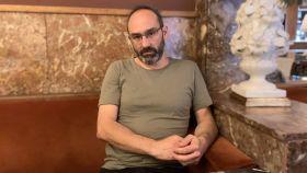 El escritor Joaquín Campos en el Café Comercial de Madrid.