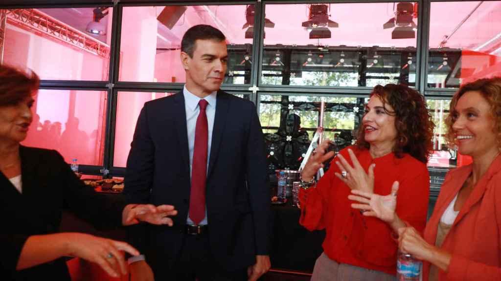 Pedro Sánchez, con Carmen Calvo, María Jesús Montero y Meritxell Batet, este lunes en Madrid.