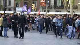 Miembros de Arran, flanqueados por los Mossos d'Esquadra, durante una manifestación separatista.