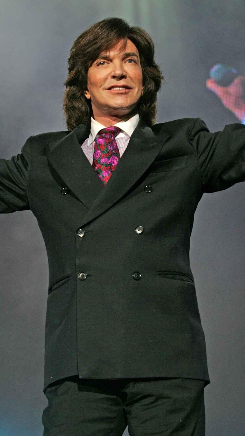 El cantante sobre el escenario en 2011.