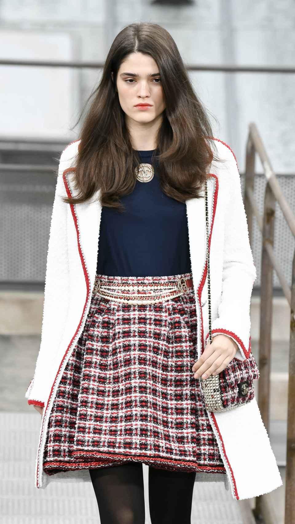 Modelo desfilando en París para Chanel.
