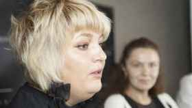 Natalia Nadia explicando la preparación de un buen maquillaje.
