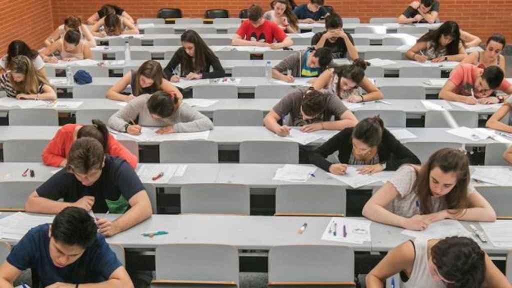Examen en un aula.