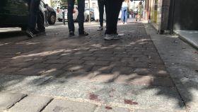 En la calle, donde  se produjo el tiroteo, todavía se advierten restos de sangre.