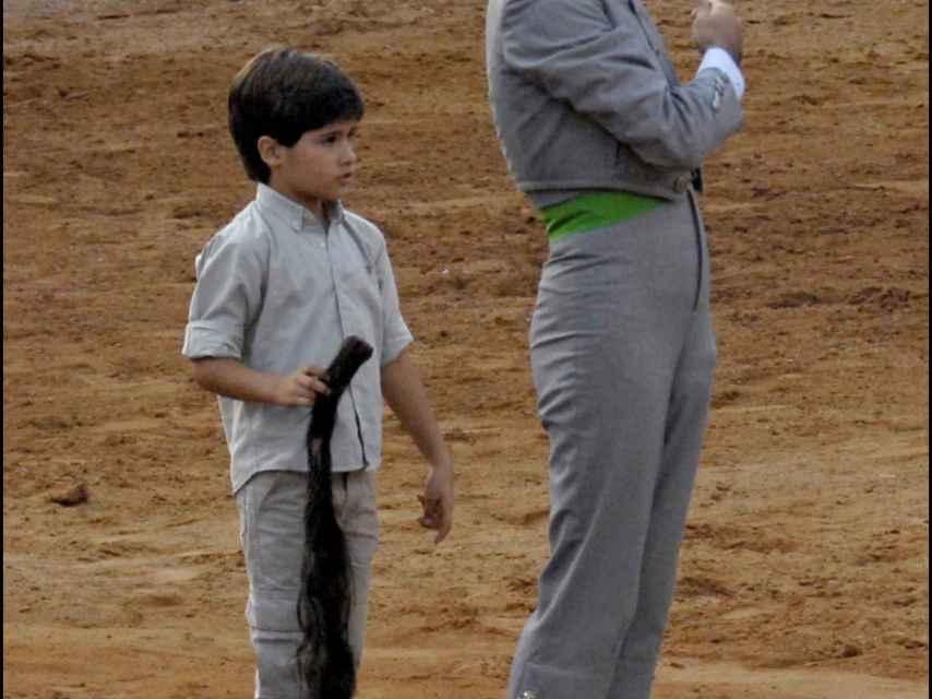 Adolfo Suárez padre y 'Adolfito' sobre la arena de un coso en 2007.