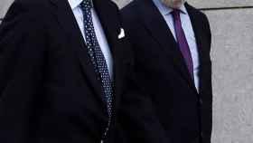 El expresidente de Popular, Emilio Saracho, y su abogado.