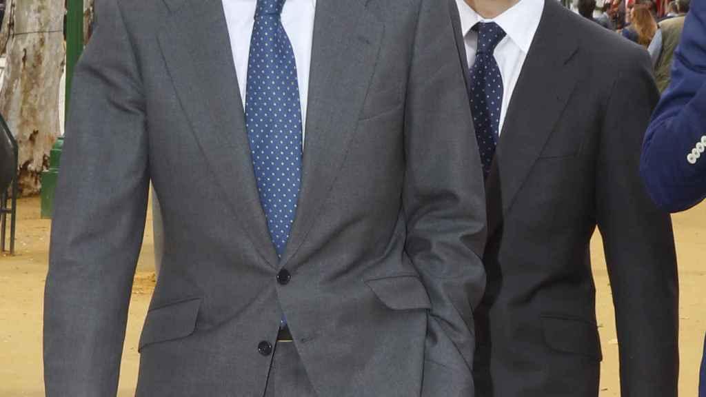 Adolfo Suárez Illana junto a su hijo en una imagen de archivo.