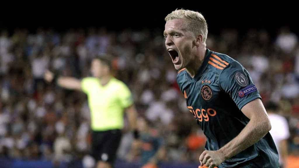 Donny Van de Beek celebra un gol con el Ajax en Champions
