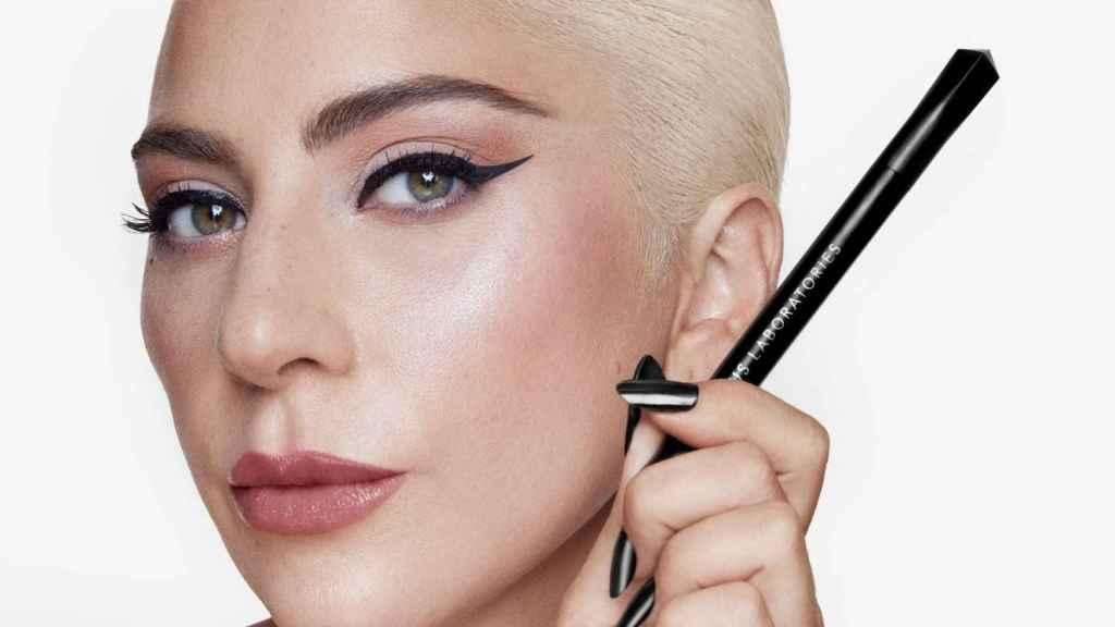 Lady Gaga anunciaba por sorpresa este eyeliner líquido.
