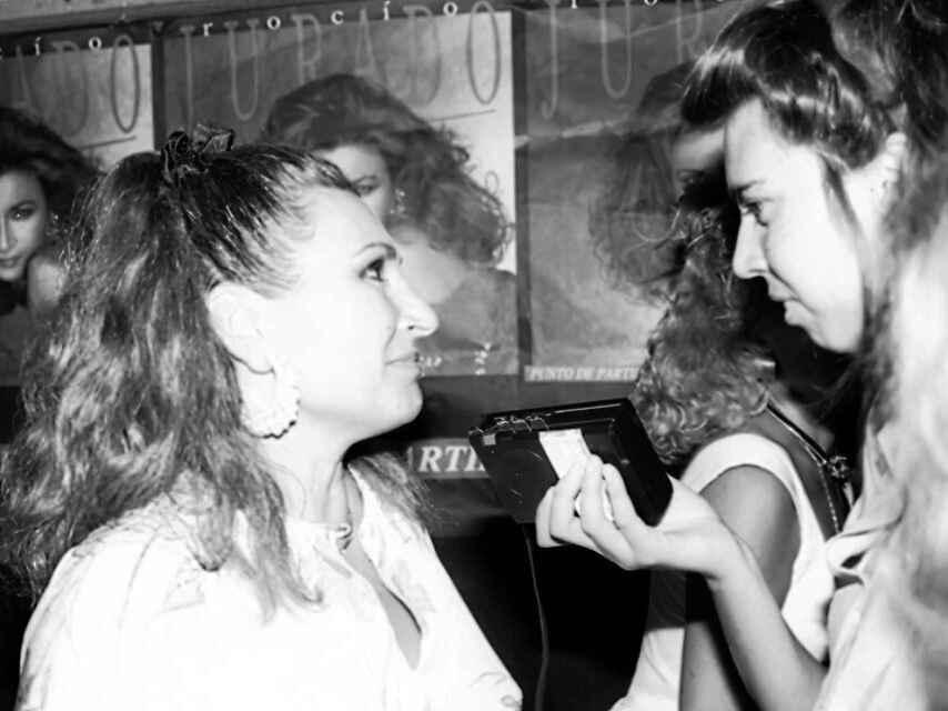 La periodista Marina Bernal junto a Rocío Jurado.