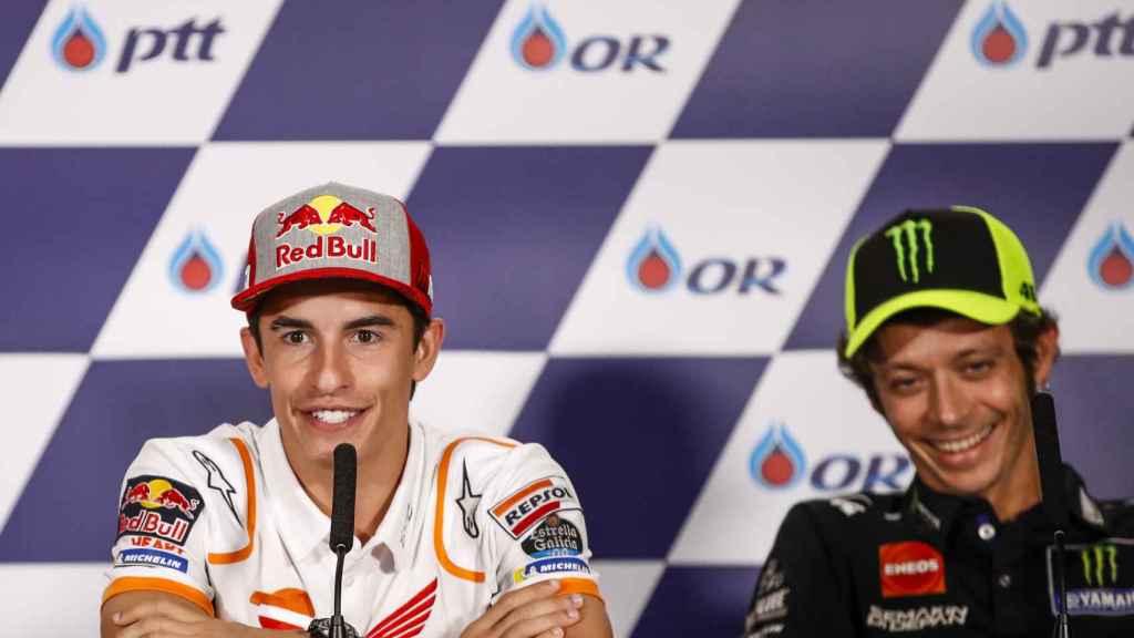 Márquez, junto a Rossi, durante la conferencia de prensa del Gran Premio de Tailandia.
