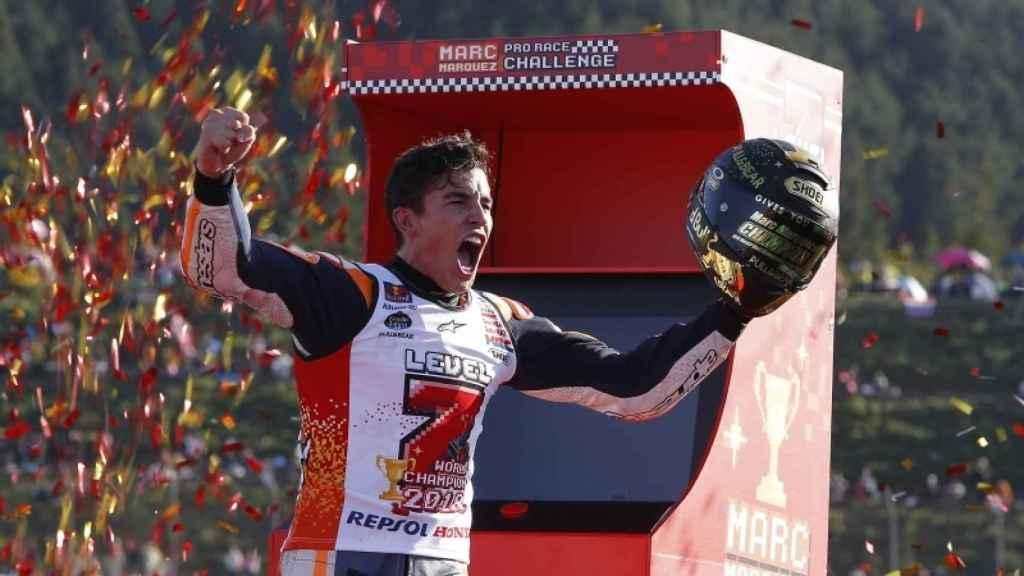 Marc Márquez, durante la celebración  de su séptimo título, en el circuito japonés de Motegi.
