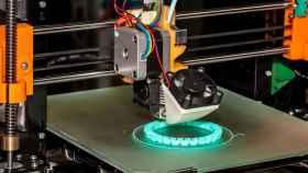 Proceso de fabricación aditiva en un entorno industrial.