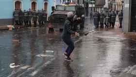 Manifestantes se enfrentan en la Policía en Quito