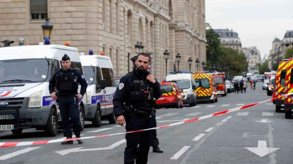 Gendarmes controlan el perímetro de seguridad tras el ataque.