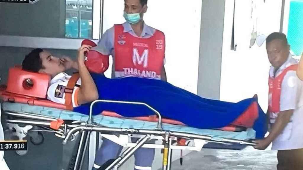 Marc Márquez sale en camilla del centro médico del circuito de Buriram.