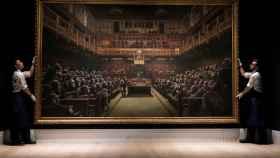 El cuadro de Bansky, 'Parliamente devolved', antes de la subasta en Londres.