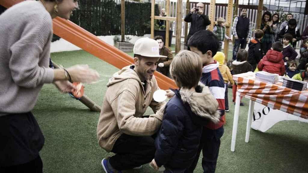 Juan Llorca, en un taller con los más pequeños.