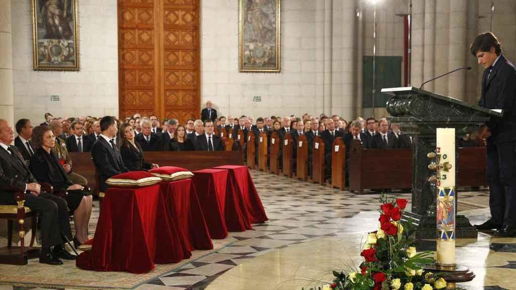 Adolfo Suárez Flores leyendo unas emotivas palabras en el funeral de su abuela ante los reyes Felipe, Letizia, Juan Carlos y Sofía.