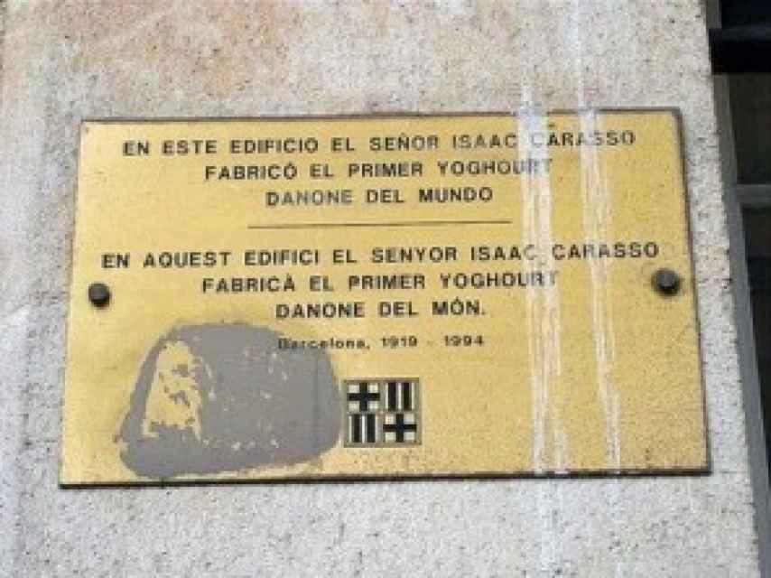 Una placa conmemora en la casa del Raval la elaboración del primer yogur Danone.