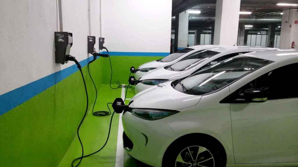 Así se cargan los coches eléctricos en los garajes.