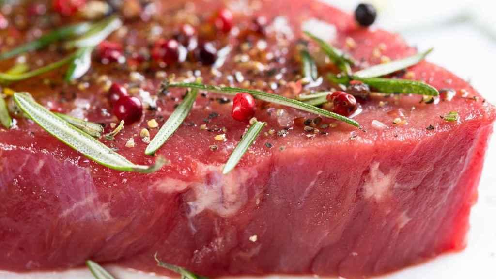 Un filetito de carne muy poco hecho.