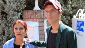 Camilo Blanes junto a su madre Lourdes Ornelas a las puertas de la que ya es su legítima casa.