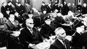 Victor Capesius, en el centro con gafas, durante los juicios de Auschwitz.