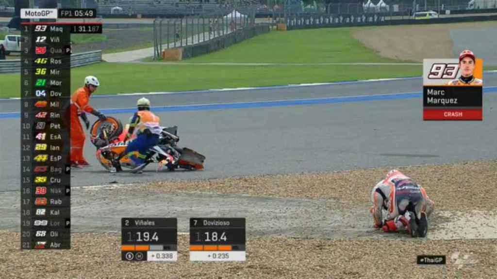 Marc Márquez se duele sobre la grava del circuito de Buriram, con su moto desintegrada.