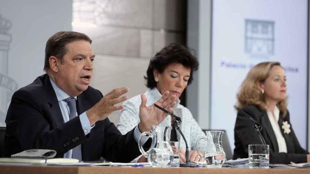La ministra Portavoz en funciones Isabel Celaá (c), el ministro de Agricultura en funciones Lluis Planas y la ministra de Economía en funciones Nadia Calviño, durante la rueda prensa celebrada tras el Consejo Ministros.