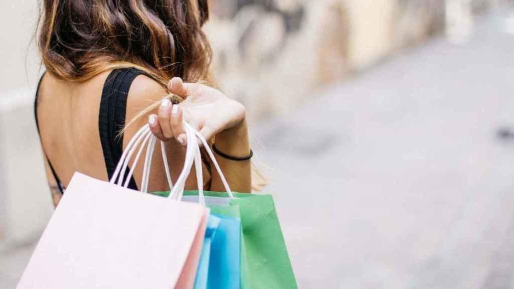 Una imagen de archivo de una ciudadana de compras.