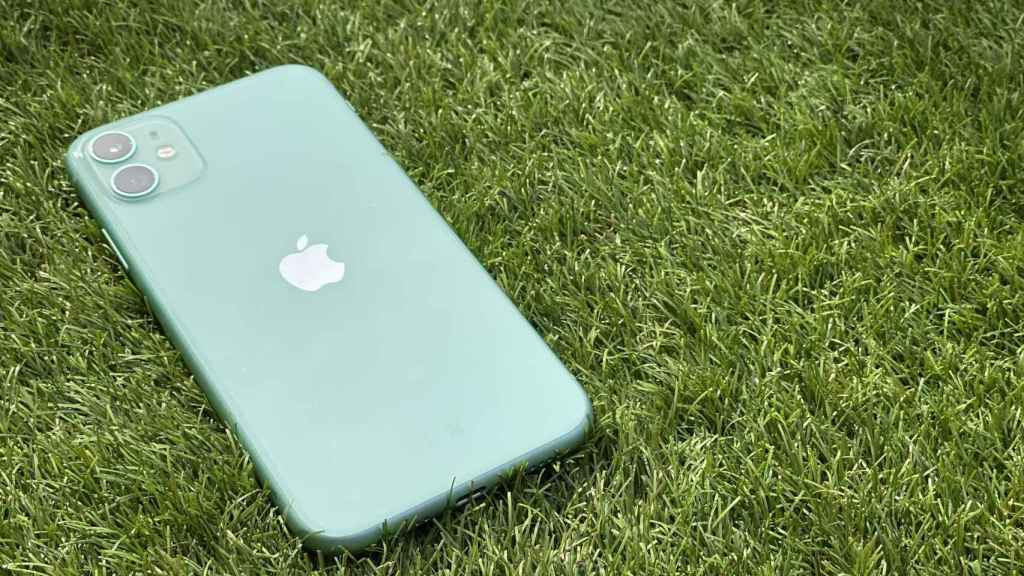 Si usas un iPhone 11 sale mejor comprar un cargador Qi normal