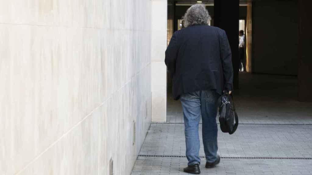 Tardà, abandonando la sede de ERC en Barcelona tras la entrevista con EL ESPAÑOL.