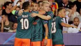Ziyech celebra con Van de Beek y Tadic un gol del Ajax de Ámsterdam