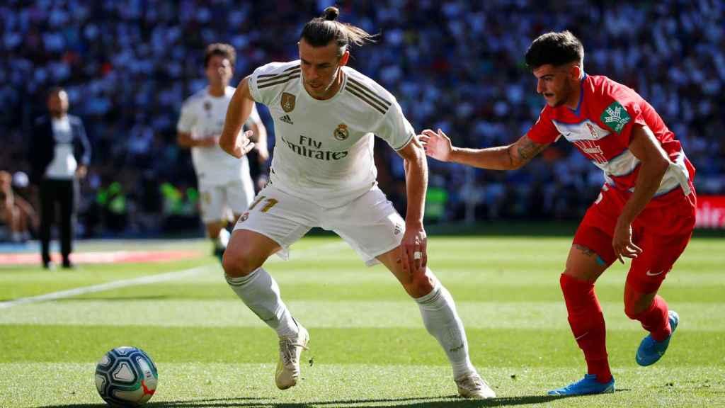 Gareth Bale intentando evitar la presión de Carlos Neva