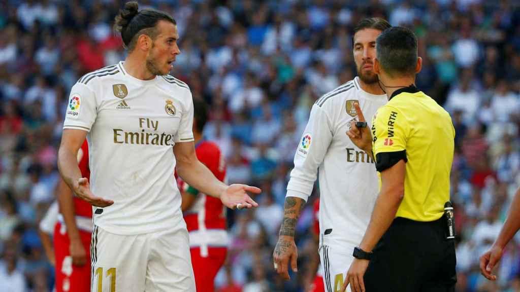 Gareth Bale y Sergio Ramos hablan con el colegiado Jaime Latre