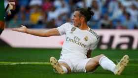 Gareth Bale, en el suelo, protesta tras una decisión arbitral