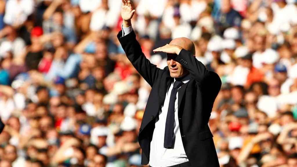 Zidane da órdenes a sus jugadores desde la banda del Santiago Bernabéu